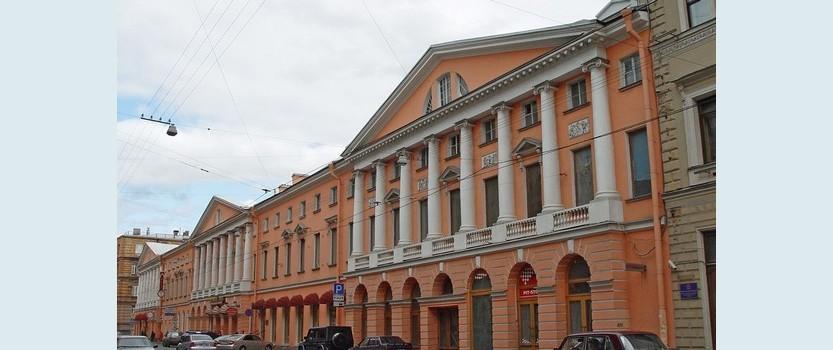 Дом с четырьмя колоннадами