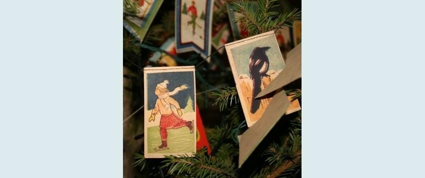 Выставка коллекционных ёлочных игрушек и открыток