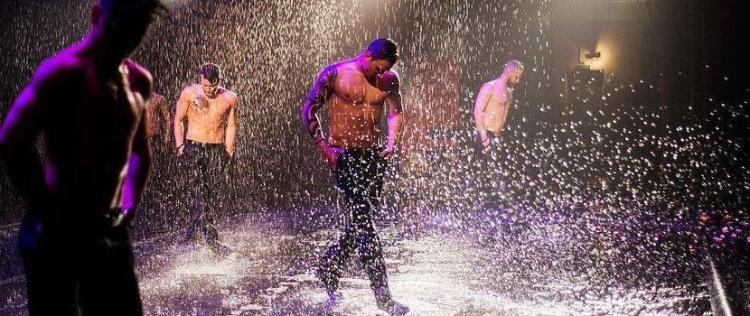 Шоу под дождем -Мужчина vs Женщина-