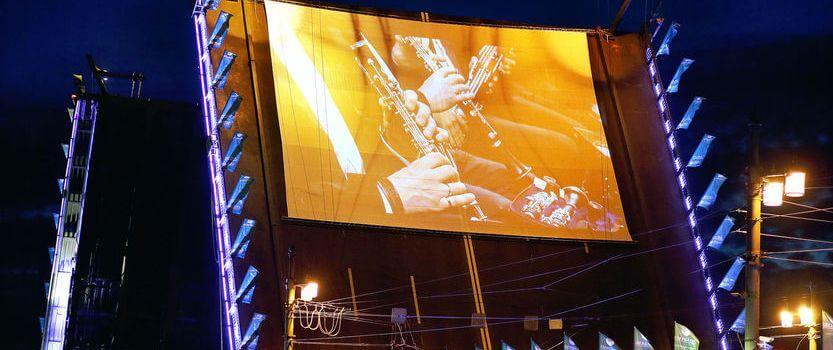 Концерт балалайки на звуковом шоу «Поющие мосты»